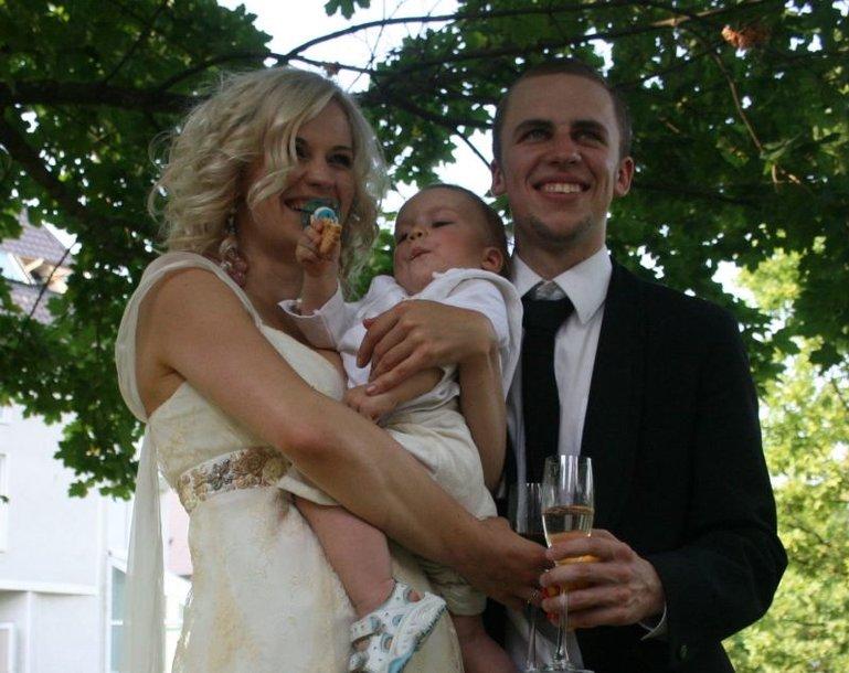 Trečiadienio popietę Jurga Šeduikytė ir jos mylimasis Vidas Bareikis jiems svarbioje vietoje Juodkrantėje sumainė aukso žiedus. Tuo pat metu muzikalioji pora sugalvojo pakrikštyti ir savo beveik vienerių metų sūnelį Adą.