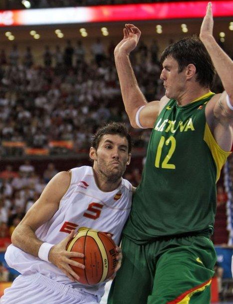 Neaišku ar R.Fernandezas (su kamuoliu) galės padėti Ispanijos rinktinei ketvirtadienį Vilniuje įvyksiančiame mače prieš Lietuvą