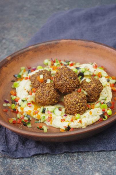 Falafeliai su humusu ir sezoninėmisdaržovėmis