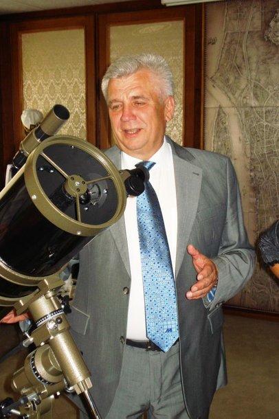 Klaipėdos savivaldybės administracijos darbuotojai merui jubiliejaus proga padovanojo teleskopą.
