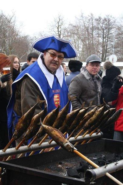 """""""Palangos stintos"""" sumanytojas palangiškis verslininkas Klaidas Pakutinskas šventės metu nesitraukia nuo kepintuvo."""