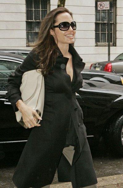 Foto naujienai: Angelina Jolie grįžo į Niujorką viena