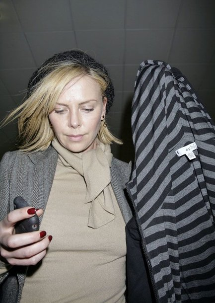 Foto naujienai: Charlize Theron užsipuolė bulvarinę spaudą