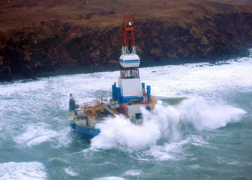 Naftos platforma nusėdo ties viena Aliaskos salų.
