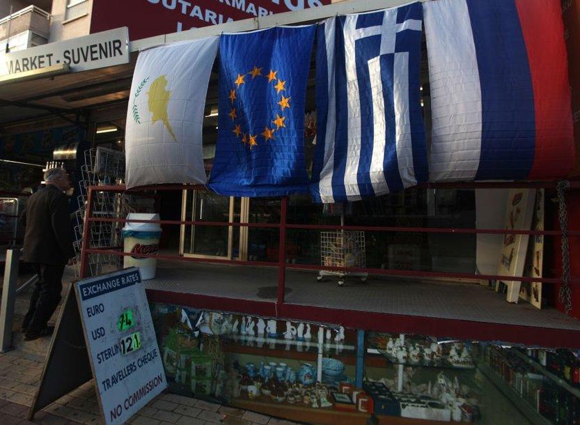 Šalia Kipro kabo ir Graikijos, ES bei Rusijos vėliavos.