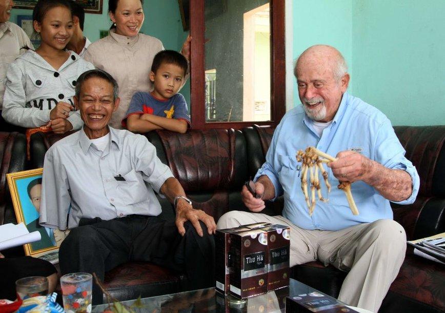 Nguyenas Quangas Hungas šypsosi išvydęs gydytojo Samo Axelrado dovaną – amputuotą ranką.