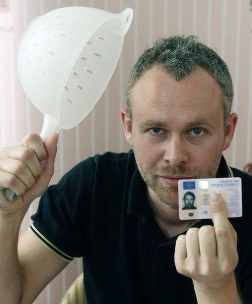 Teisę įsiamžinti su sieteliu ant galvos nuotraukoje, skirtoje vairuotojo pažymėjimui, įrodė austras Niko Almas