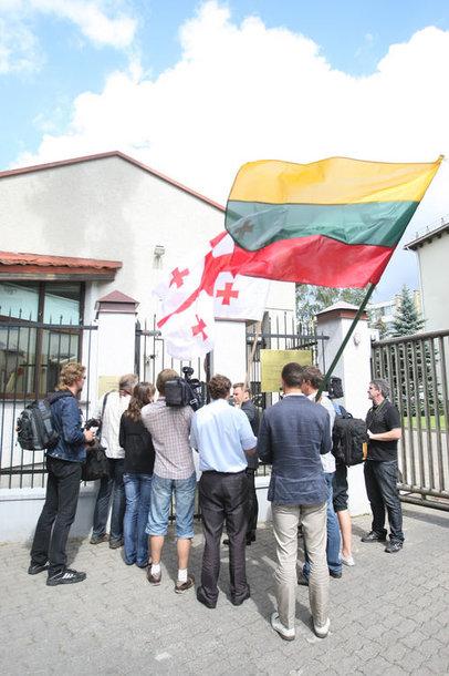 Mitingo dalyviai pasirašinėjo ant Gruzijos žemėlapio, kuris perduotas Rusijos ambasadai