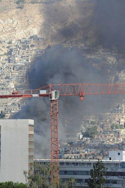 Virš Damasko kyla juodi dūmai.