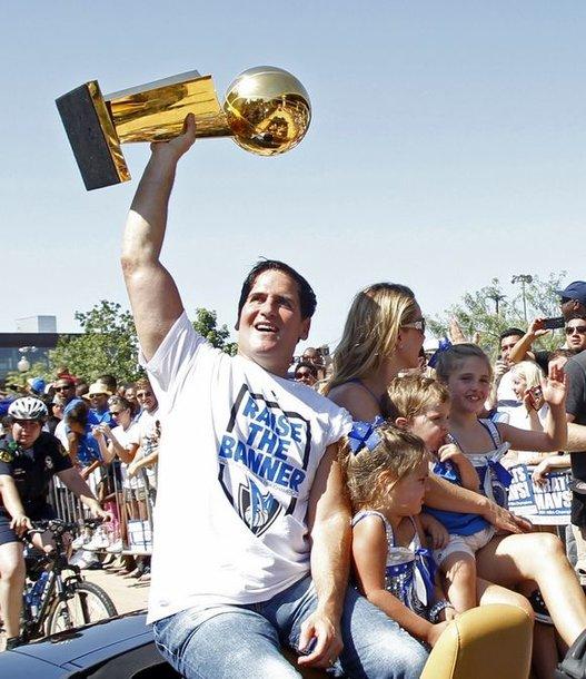 """Dalaso """"Mavericks"""" savininkas Markas Cubanas laiko čempionų trofėjų"""