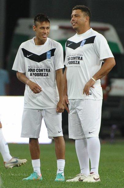 Neymaras ir Ronaldo šnekučiuojasi draugiškame mače