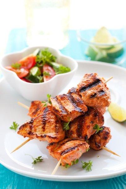 Prie vištienos kepsnelių būtinai patiekite gaivių daržovių salotų.