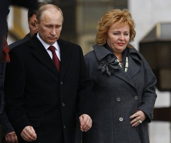 Lisaks tütrele hoidub enamasti avalikkuse tähelepanust ka Venemaa presidendi Vladimir Putini abikaasa Ljudmila (paremal). Pildil lahkuvad abikaasad möödunud aasta presidendivalimiste päeval, 4. märtsil Moskva valimisjaoskonnast.