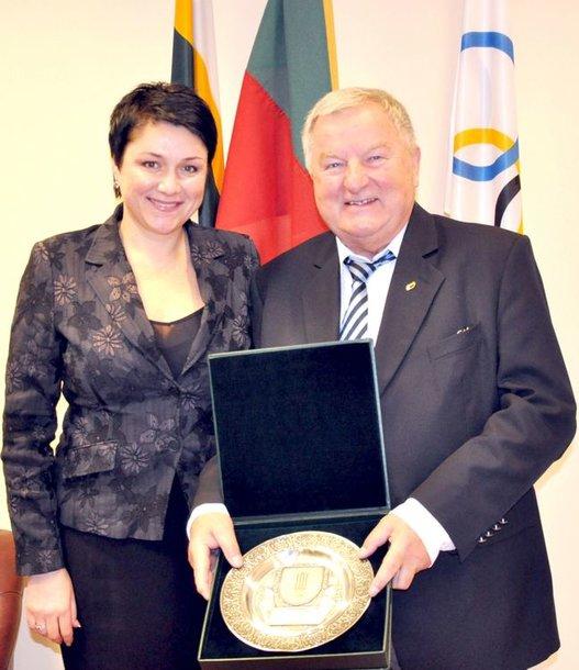 LTOK prezidentė D.Gudzinevičiūtė Europos dviračių sąjungos prezidentą W.Walkiewiczių apdovanojo LTOK lėkštėmis