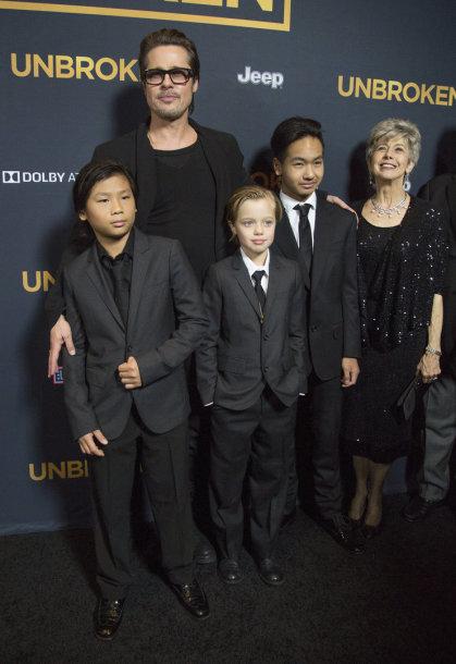 Bradas Pittas su savo vaikais ir mama Jane. Viduryje – dukra Shiloh su broliais Maddoxas (dešinėje) ir Paxas (kairėje)