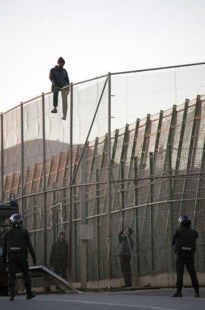 Nelegalus imigrantas iš Afrikos prie sienos su Ispanijos anklavu Melilja
