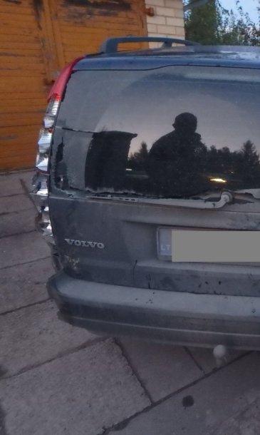 """Girtas """"Volvo"""" valdytojas sukėlė avariją, spruko, bet buvo surastas"""