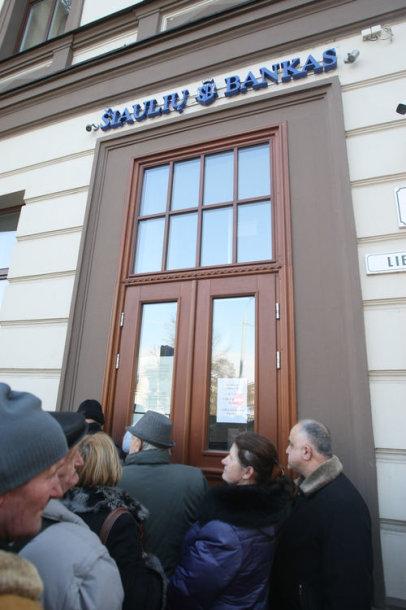 Eilės prie Šiaulių banko Vilniuje