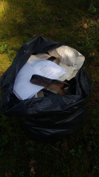 Skaitytojos rastos šiukšlės prie Nemenčinės plento esančiuose miškuose