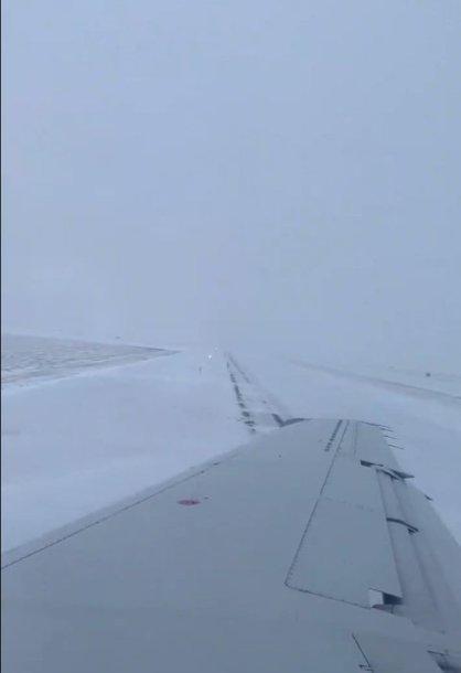 Čikagos oro uoste nuo tako nuslydo lėktuvas