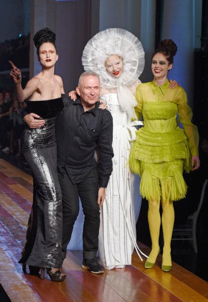 Jeanas Paulis Gaultier su kolekciją pristačiusiais modeliais