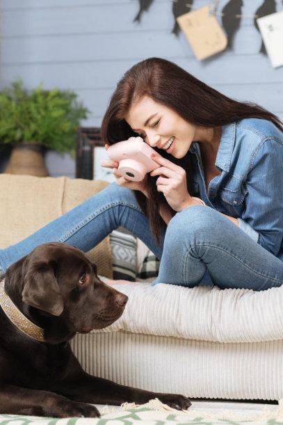 Moteris fotografuoja šunį