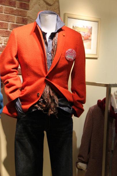Oranžinis švarkas žiemą vyro spintai suteiks stilingumo