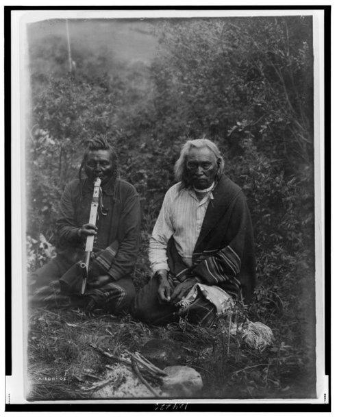 Šiaurės Amerikos indėnai rūkantys pypkę