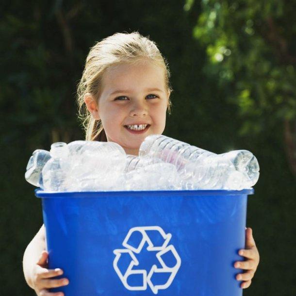 Mergaitė laiko atliekų perdirbimo dėžę