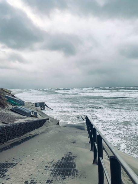 Baltijos jūra užliejo Nidos paplūdimį
