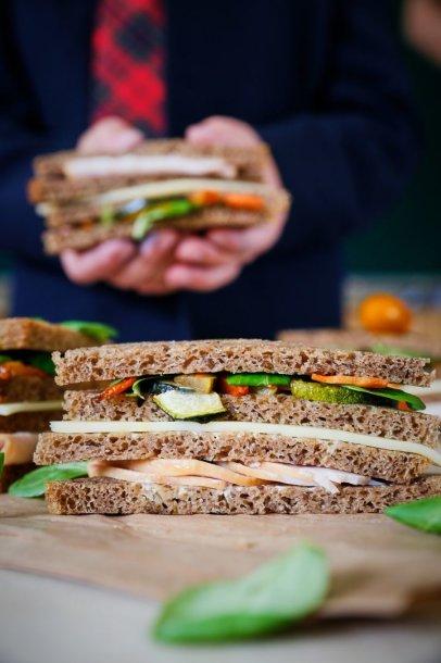 Duonos sluoksniuotinis su kalakutiena ir keptomis daržovėmis