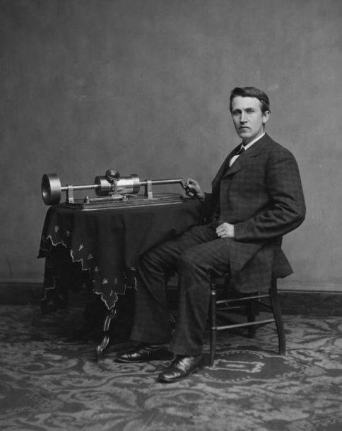 Thomas Edisonas su savo išrastu fonografu 1878 m.