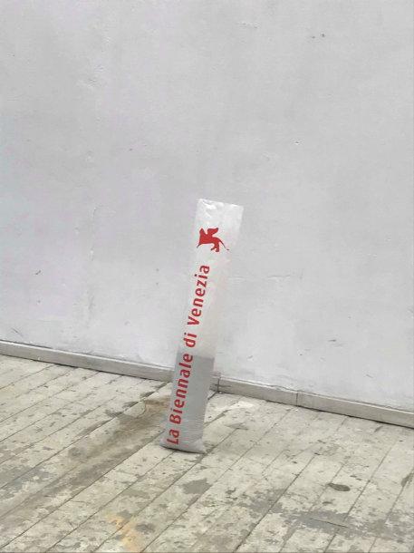 Venecijos meno bienalėje dalinti plastikiniai maišai šlapiems skėčiams susidėti tapo menininko D. Kolomyckio kūrinio dalimi