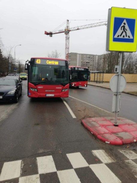 Dėl stovinčio automobilio autobusas negalėjo pravažiuoti Taikos g.